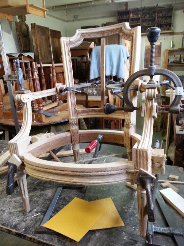 Mise sous presses d'un fauteuil d'époque Louis XVI
